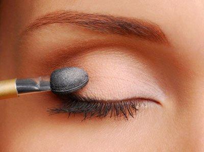 Evita problemas oculares a la hora de maquillarte los ojos