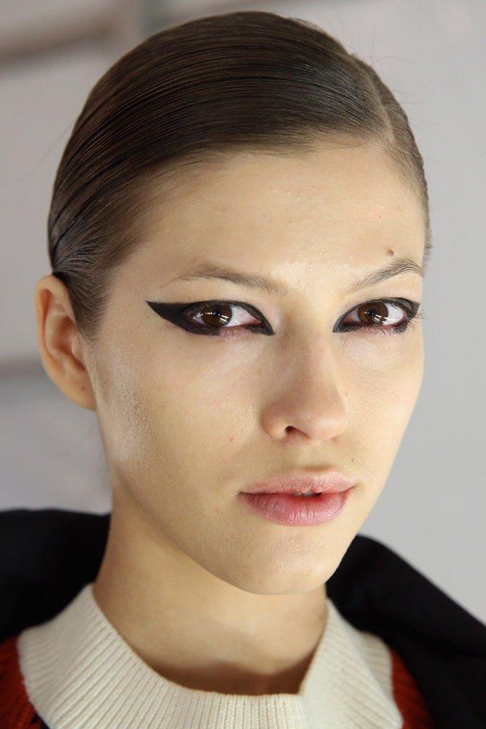 20_looks_de_eyeliner_directos_desde_el_backstage_98490641_683x1024