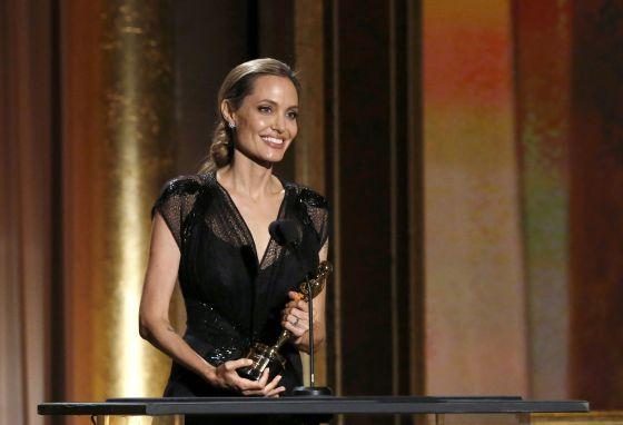 Angelina Jolie reaparece vestida de Versace