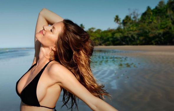 Los imprescindibles de belleza en tu bolsa de playa