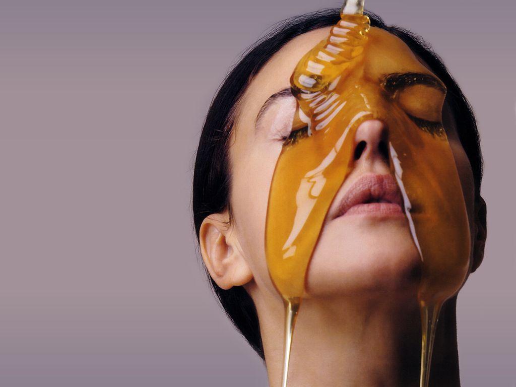 Monica Bellucci 15 Beneficios de la miel sobre la piel